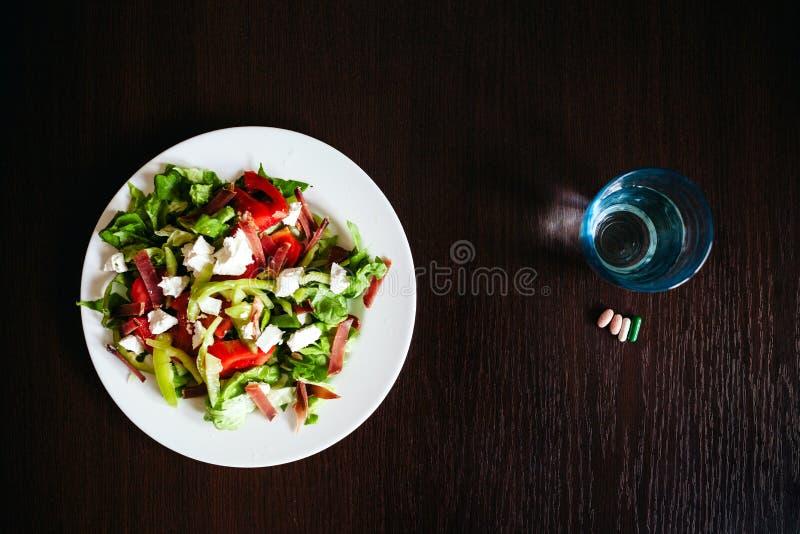 Zielona sałatka z pigułkami obrazy stock