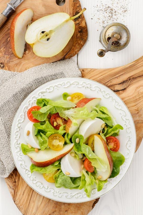 Zielona sałatka z pomidorami, mozzarellą, bonkretą i p czerwonymi i żółtymi, zdjęcia royalty free