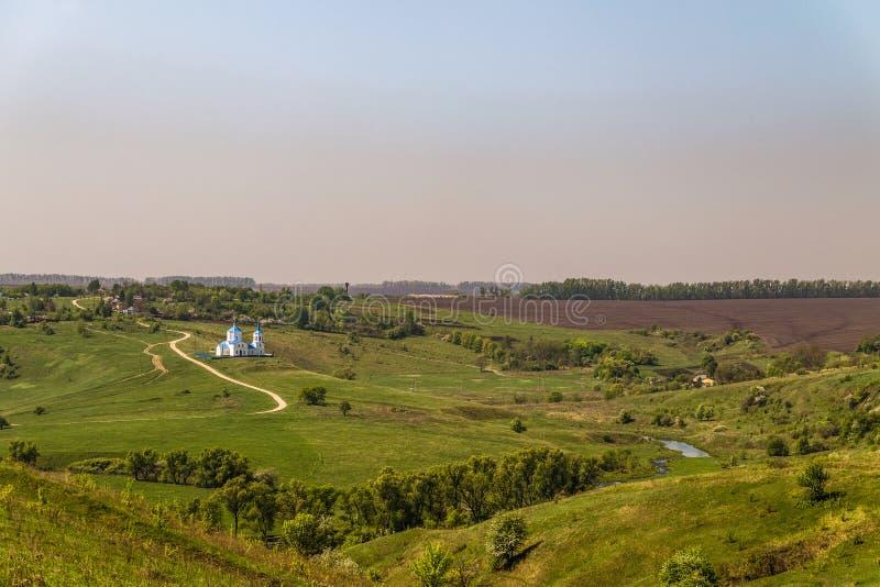 Zielona step równina z kościół znak Lipetsk region, Rosja zdjęcia stock