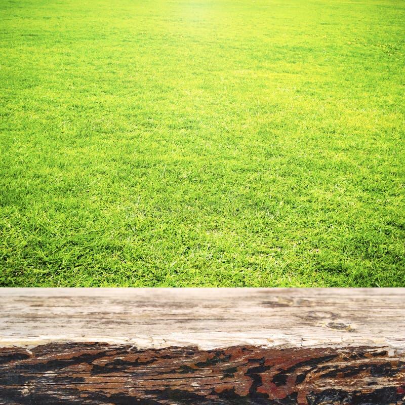 Zielona trawa i drewniany deski lata tło obraz royalty free
