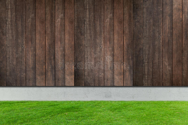 Zielona trawa z bielu drewna i betonu ogrodzeniami fotografia royalty free