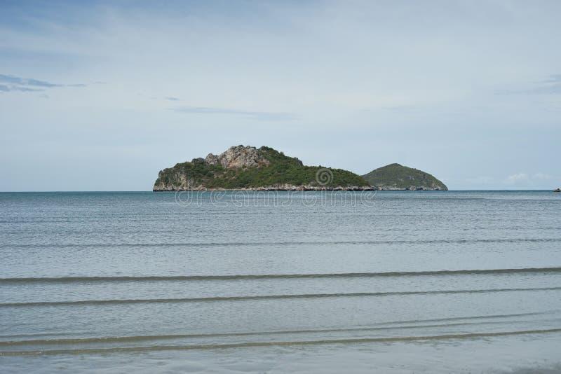 Zielona wyspa i morze z fala jasnym niebieskim niebem i, prachuapkhirikhan Tajlandia obraz royalty free