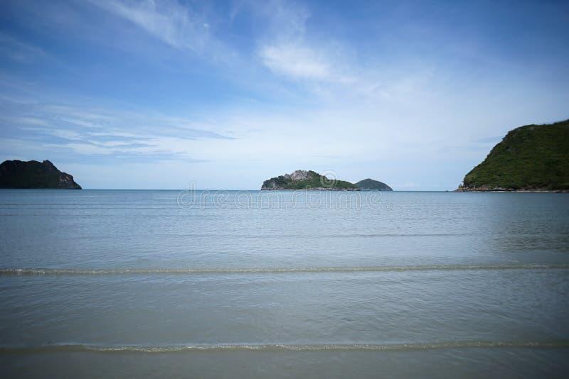 Zielona wyspa i morze z fala jasnym niebieskim niebem i, prachuapkhirikhan Tajlandia zdjęcie royalty free
