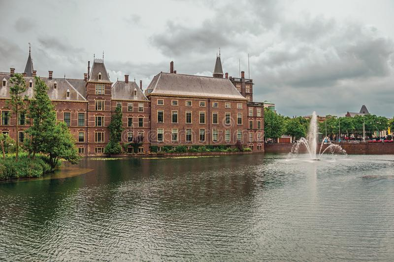 Download Zielona Wyspa Na Hofvijver Jeziorze Z Binnenhof Gockimi Rządowymi Budynkami Chmurnym Niebem W Haga I Obraz Stock - Obraz złożonej z architektury, cityscape: 106912795