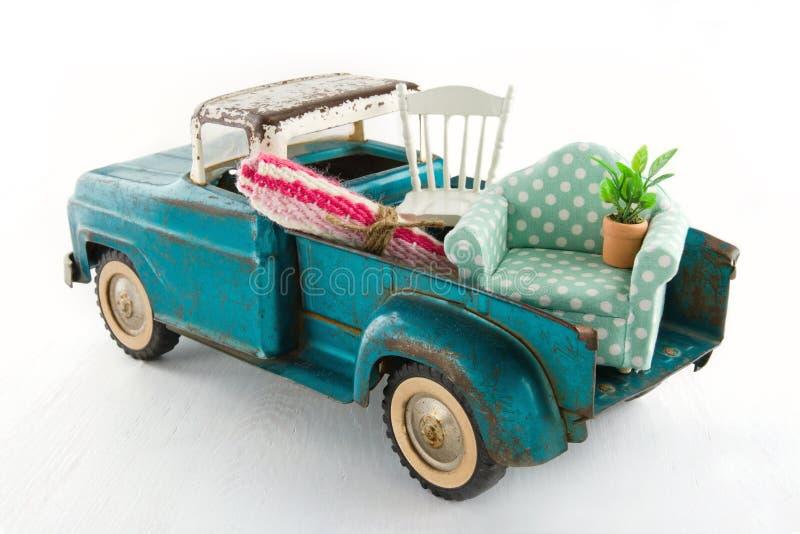 Zielona zabawki ciężarówka dla ruszać się domy fotografia stock