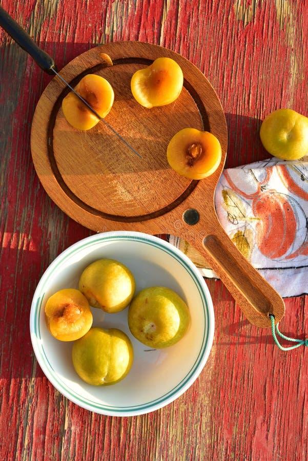 Zielonawego koloru żółtego owoc hybrydowy krzyż śliwkowy i morela dzwoniliśmy Pluots, apriums, apriplums lub plumcots, fotografia royalty free