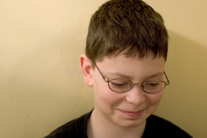 zielone ściany chłopak przeciwko obraz stock