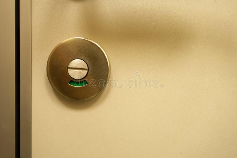 Zielone światło na drzwi Pojęcie - wejście jest otwarty, otwarty zdjęcia royalty free