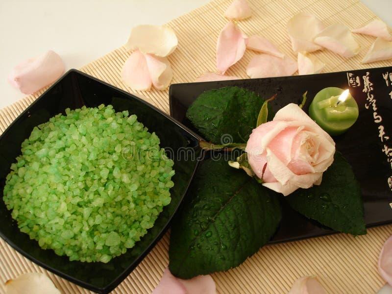 zielone świeczek fundacji różę różowego spa & obraz stock