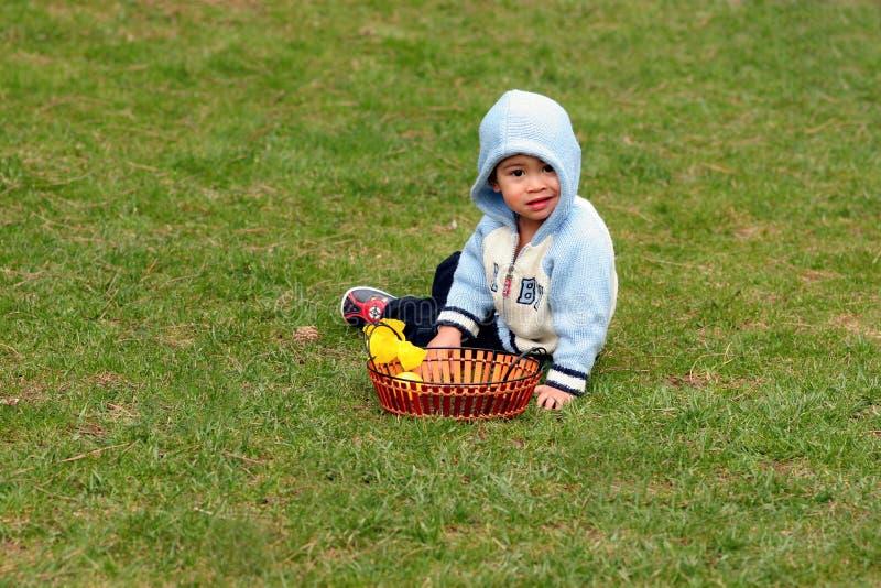 zielone dziecko trawy meadow siedzi mały zdjęcia stock