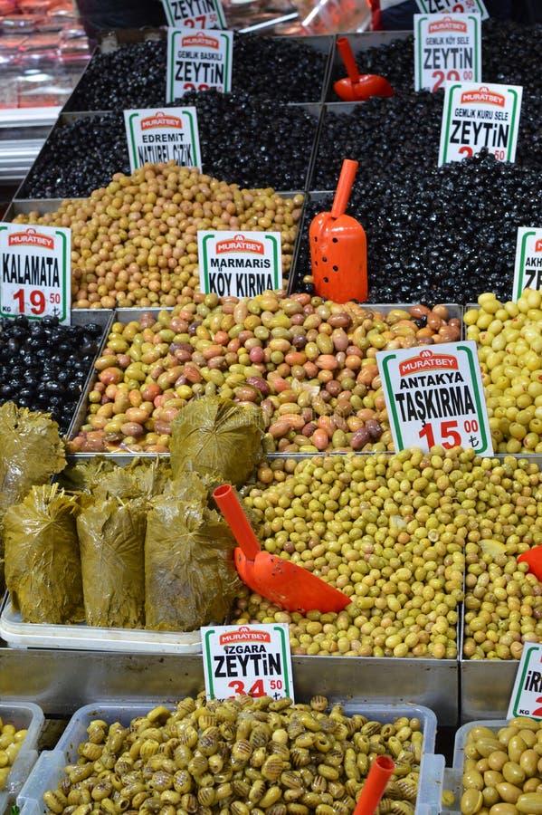 Zielone i czarne oliwki w bazarze w Istanbuł fotografia royalty free
