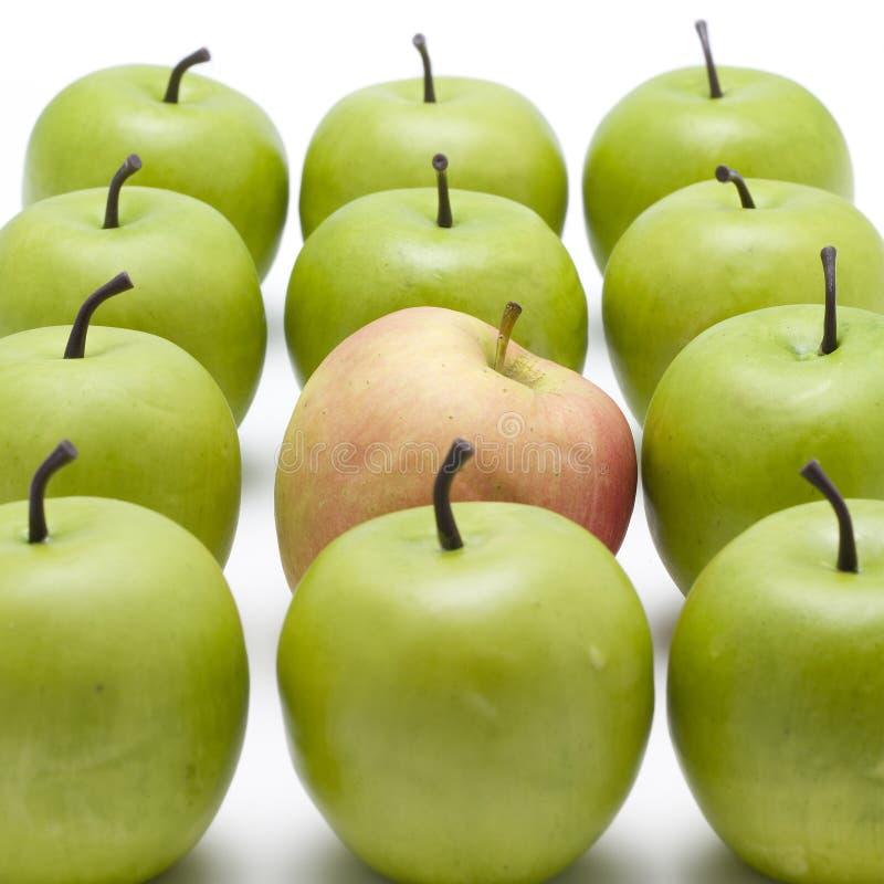 zielone jabłka jeden czerwony obraz royalty free