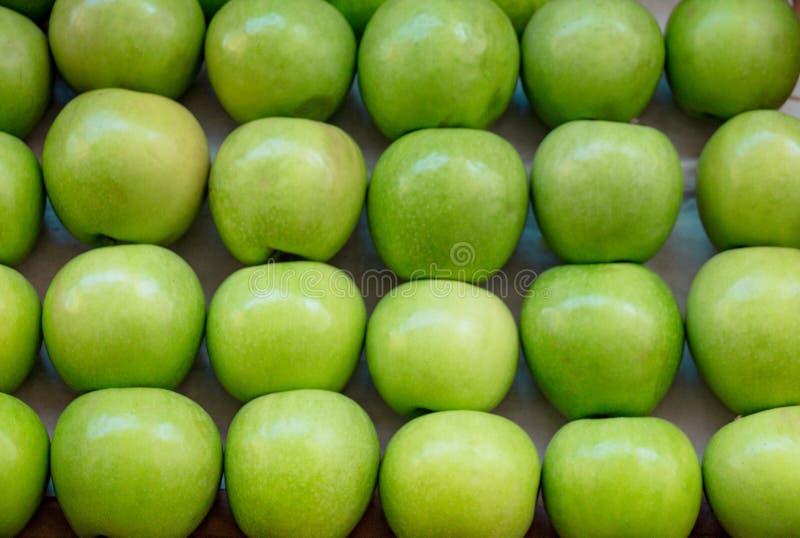 Zielone jabłka na rynku zdjęcia stock