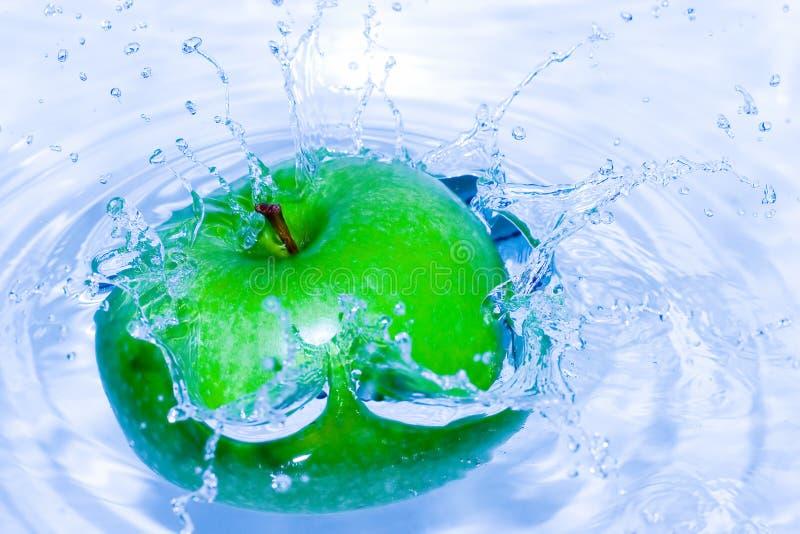 - zielone jabłka plusk serii obrazy royalty free