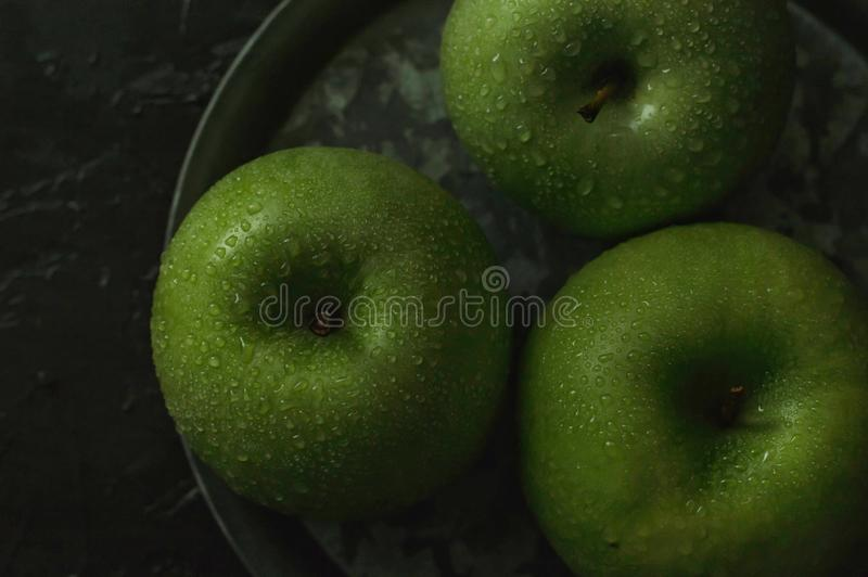Zielone jabłka w ciemnym nastroju zdjęcie stock