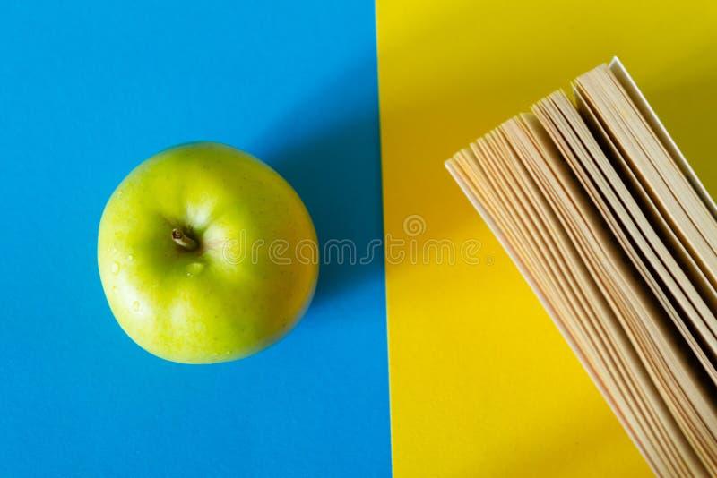 Zielone jabłko i książka kuchenna obraz royalty free