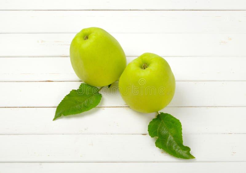Download Zielone jabłka dwa obraz stock. Obraz złożonej z organicznie - 106915947