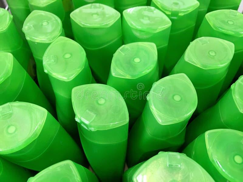 Zielone Plastikowe szampon butelki fotografia royalty free