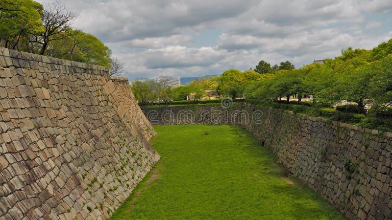Zielone pola i zielone drzewa w zamku w Osace fotografia stock
