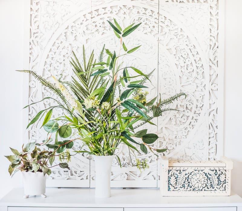 Zielone Salowe rośliny w garnkach i wazie na bielu stole, domowym wystroju i wnętrza pojęciu, zdjęcie stock