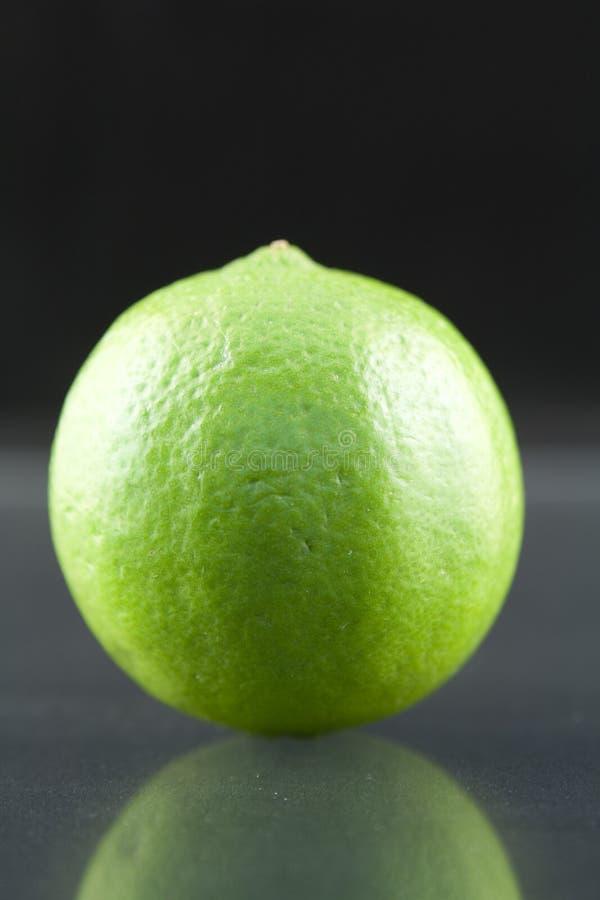 zielone tła bystre mroczne świeże cytryny obraz stock