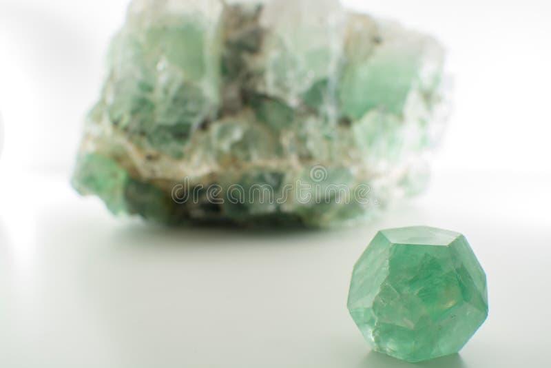Zielonego gemstone naturalny kopalny fluorek lub zieleni beryl odizolowywający obrazy royalty free