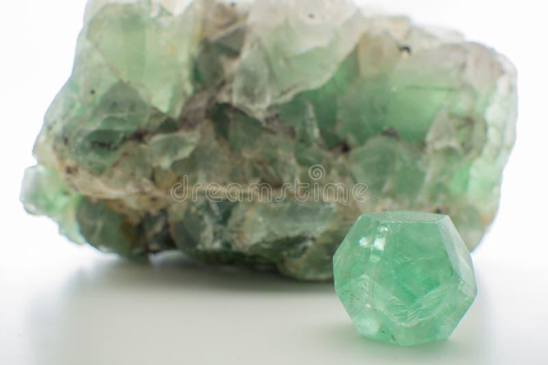Zielonego gemstone naturalny kopalny fluorek lub zieleni beryl odizolowywający zdjęcia stock