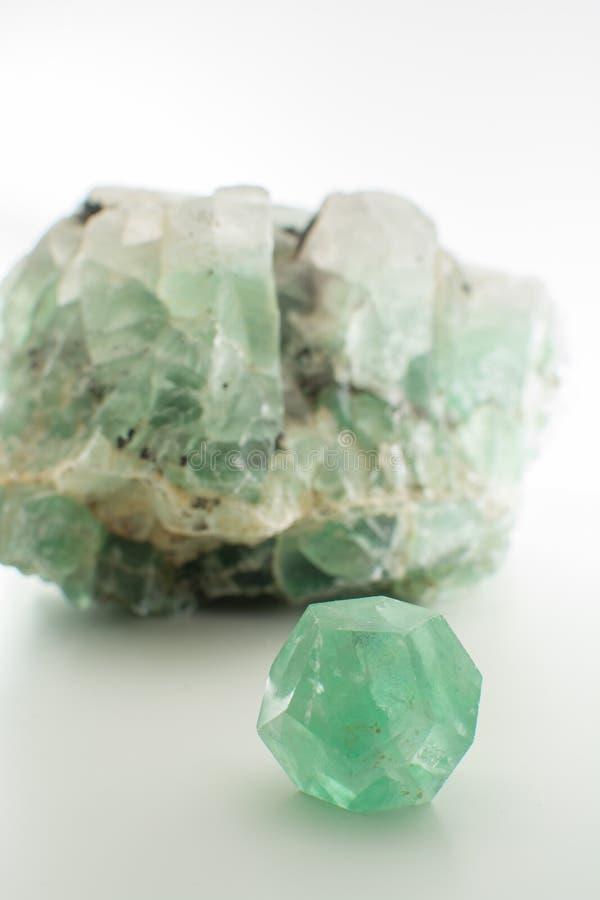 Zielonego gemstone naturalny kopalny fluorek lub zieleni beryl odizolowywający obraz royalty free