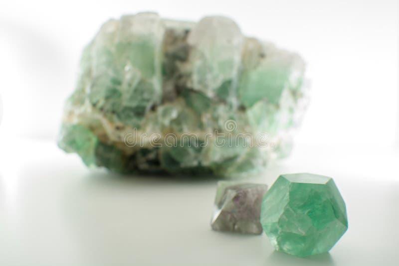 Zielonego gemstone naturalny kopalny fluorek lub zieleni beryl odizolowywający zdjęcie royalty free