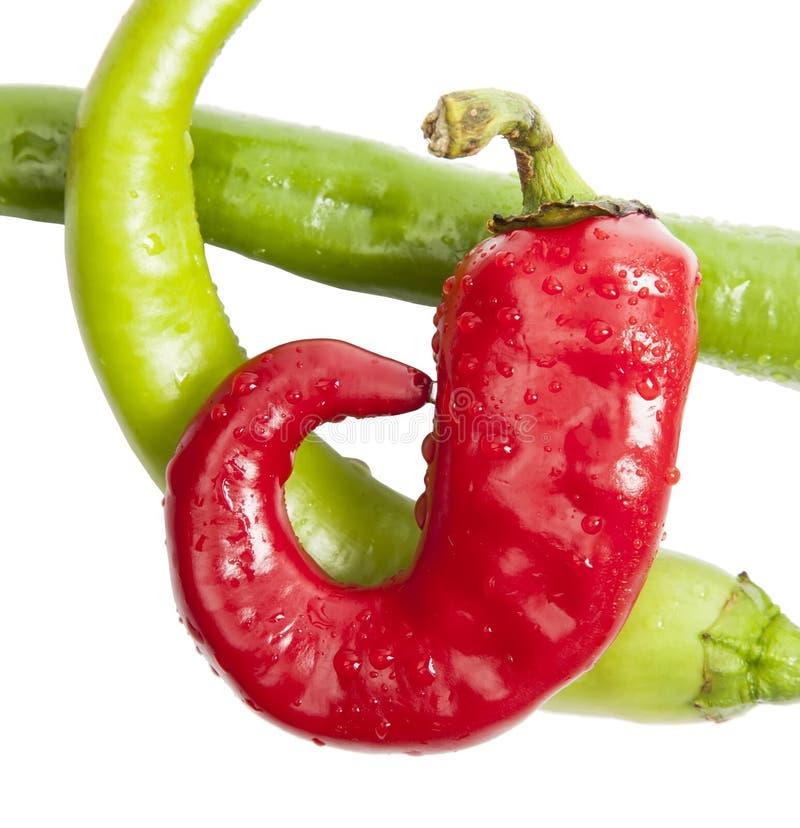 Zielonego i czerwonego chili pieprz na bielu zdjęcie stock