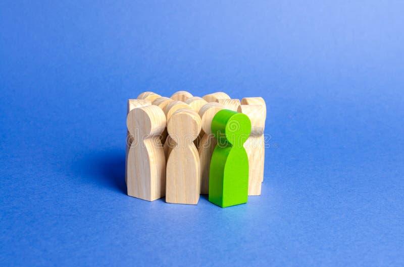 Zielonego mężczyzny stojaki w tłumu ludzie Spo?ecze?stwo, grupa spo?eczna zarządzanie ludzie Przywódctwo ilości, utalentowane i fotografia stock