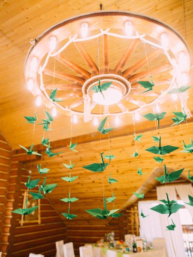 Zielonego papieru łabędź wiesza na antykwarskim świeczniku obrazy stock