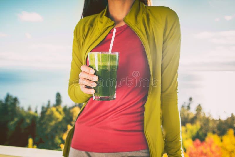 Zielonego smoothie detox diety śniadaniowy jedzenie czyści soku napój Kobiety jeść zdrowy dla ciężar straty, ranku posiłek outsid zdjęcia stock