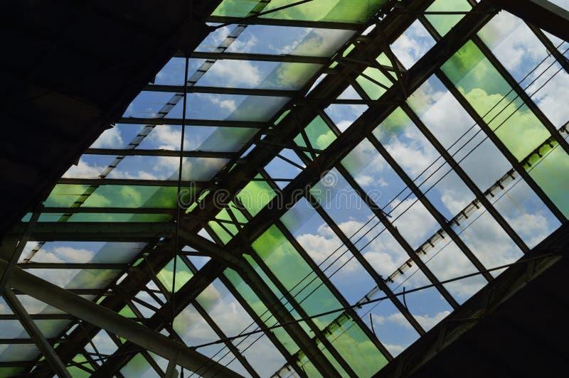 Zielonego szkła dachu szczegół dworzec nad niebieskim niebem, Bangkok zdjęcia stock