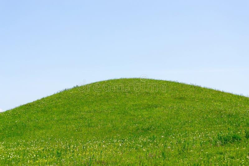 zielonego wzgórza niebo obrazy stock