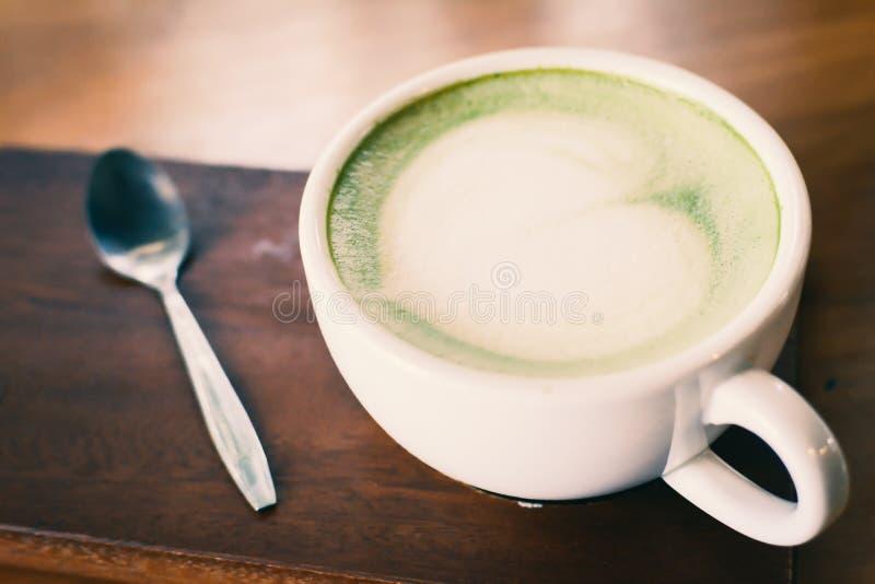 Zielonej herbaty filiżanka w kawiarnia sklepu czasie relaksować obrazy royalty free