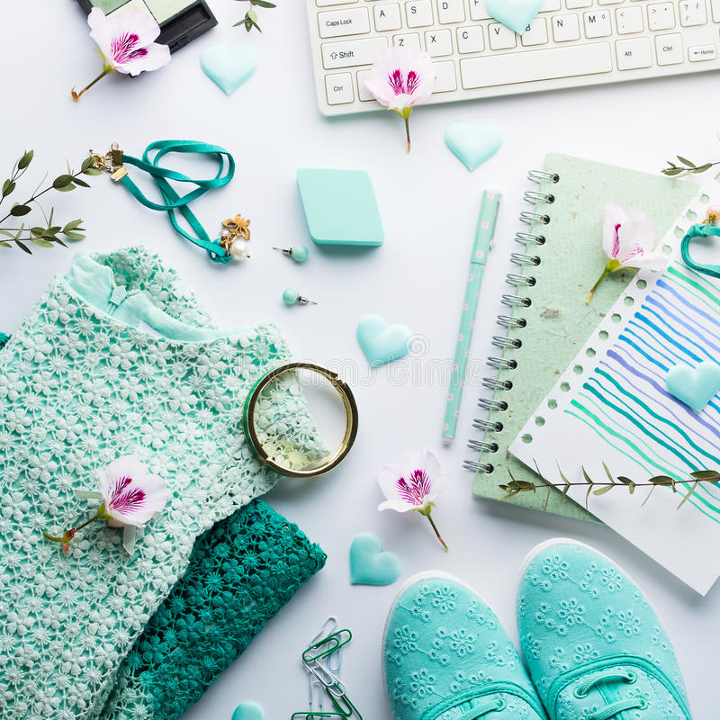 Zielonej pastelowej styl życia kobiety odzieżowy mieszkanie nieatutowy fotografia royalty free
