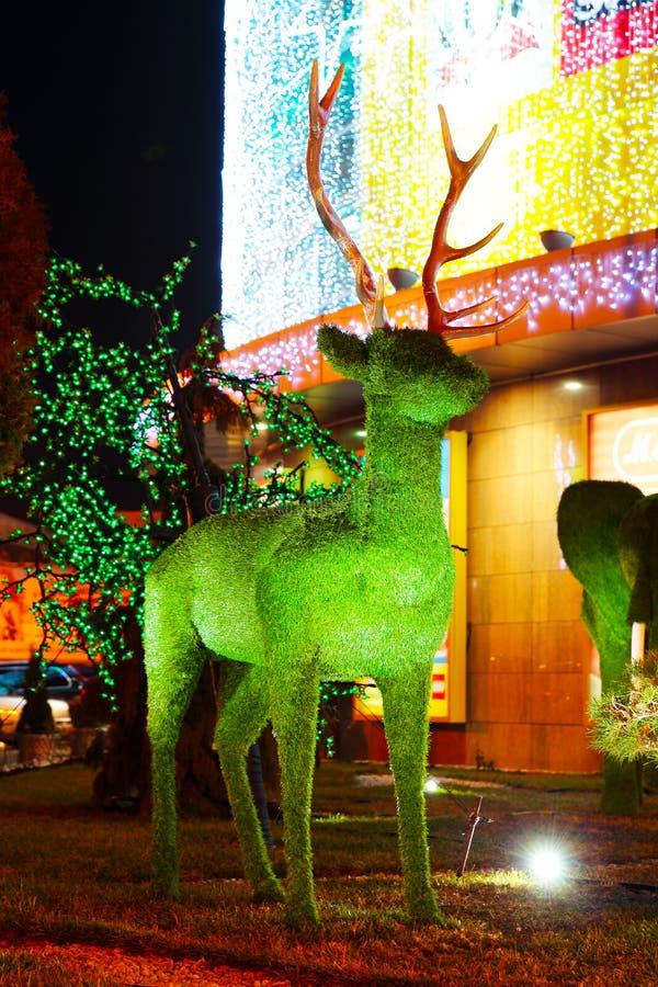 Zielonej trawy jelenia rzeźba fotografia royalty free
