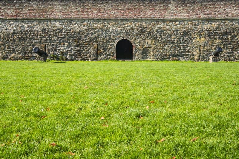 Zielonej trawy pole z działami i ścianą z cegieł w warownym mieście Maastricht holandie obraz royalty free