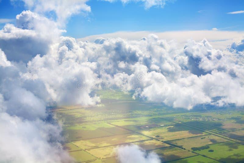 Zielonej trawy poly, lasów, niebieskiego nieba i białego cumulus chmur puszystego tła panoramiczny widok z lotu ptaka, pogodny la zdjęcie stock