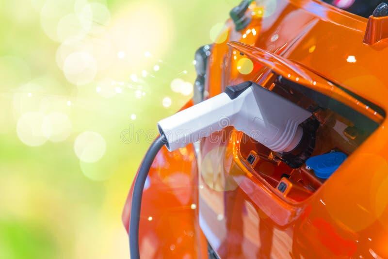 Zielonej władzy EV samochód lub Elektryczny samochodowej baterii ładować obraz royalty free