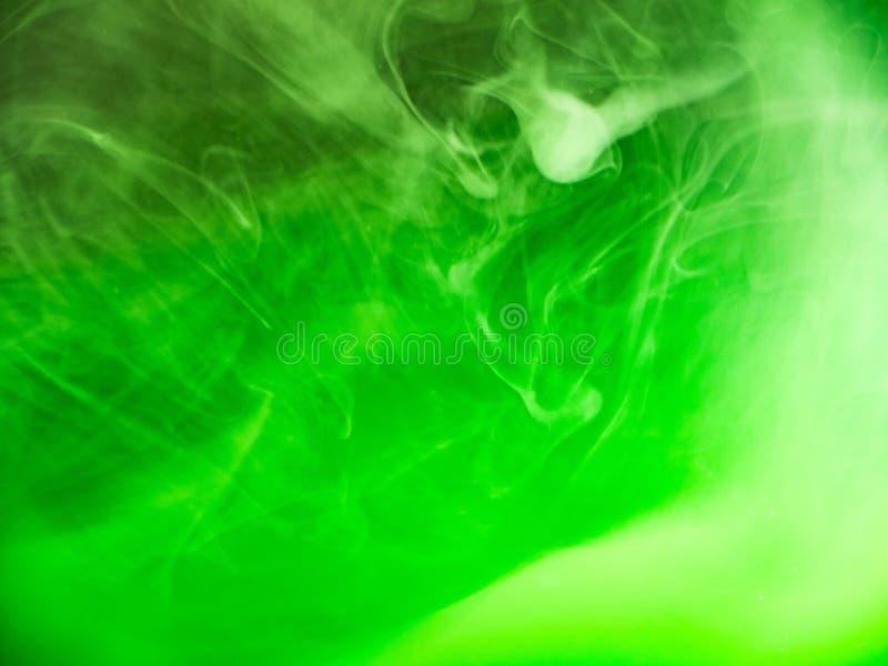 Zielony akrylowy świat, abstrakcjonistyczny tło Zamyka w g?r? widok zamazuj?cy t?o Zielona farba rozpuszcza w wodę, abstrakt obrazy stock