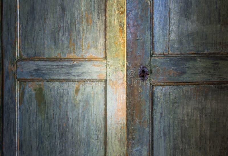 Zielony antykwarski drewniany drzwi zdjęcie royalty free