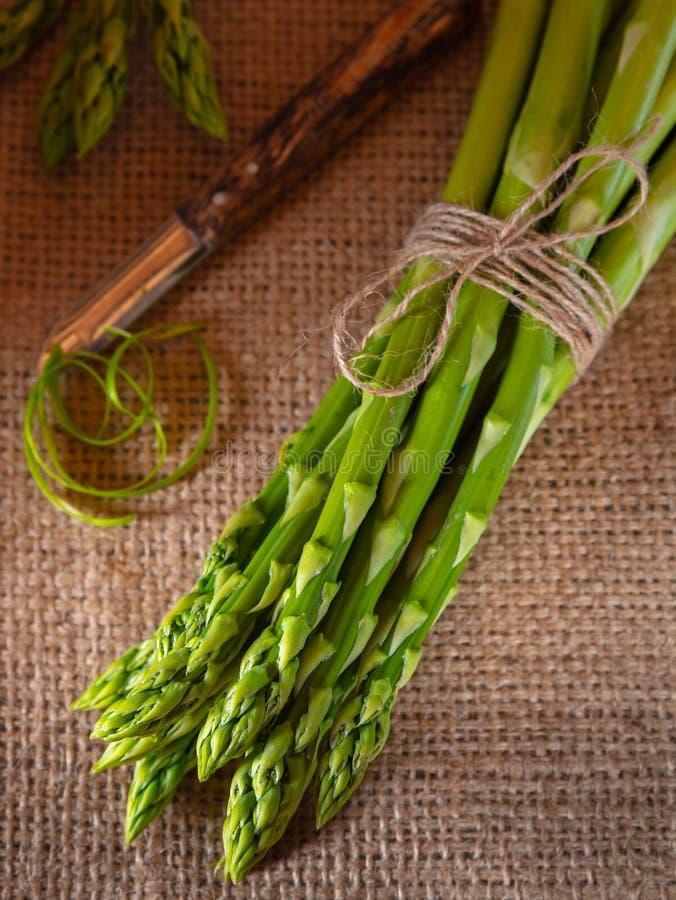 Zielony asparagus na nieociosanym tle fotografia royalty free