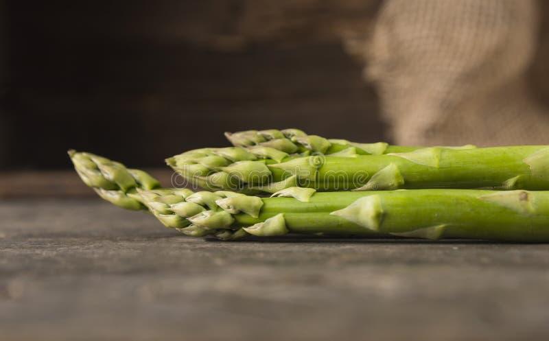 Zielony asparagus na starym drewnianym tle obrazy royalty free
