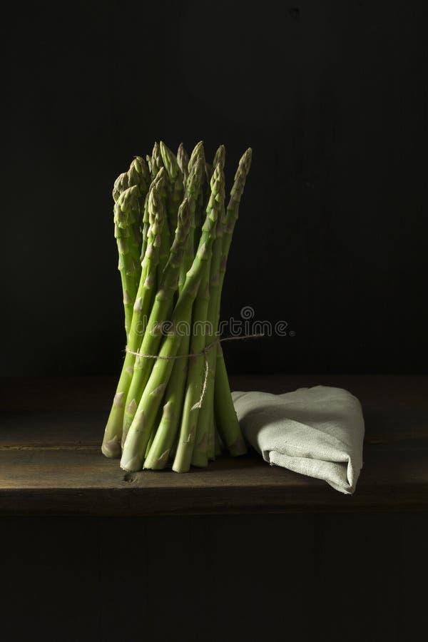 Zielony asparagus na stole fotografia stock