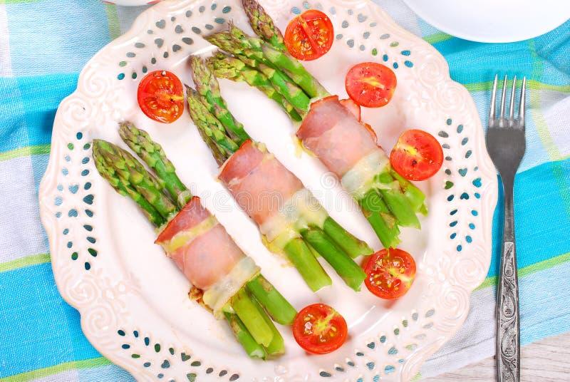 Zielony asparagus z baleronem i serem fotografia stock