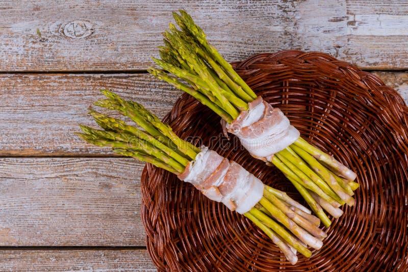Zielony asparagus zawijający z staczający się w bekonie obraz stock