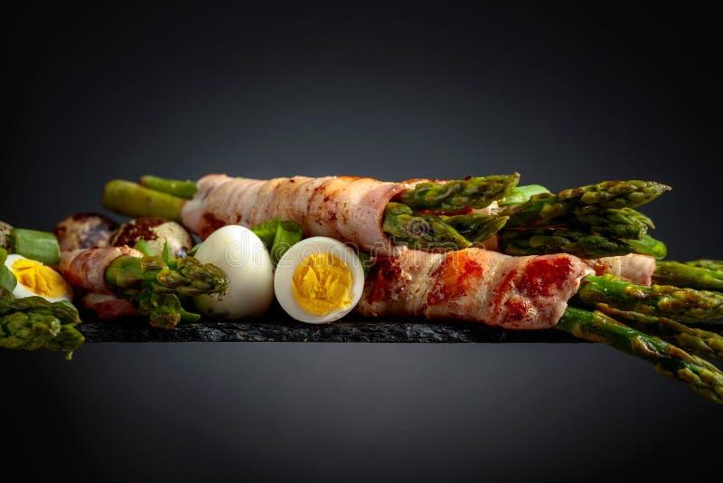 Zielony asparagus zawijaj?cy w bekonie obraz stock