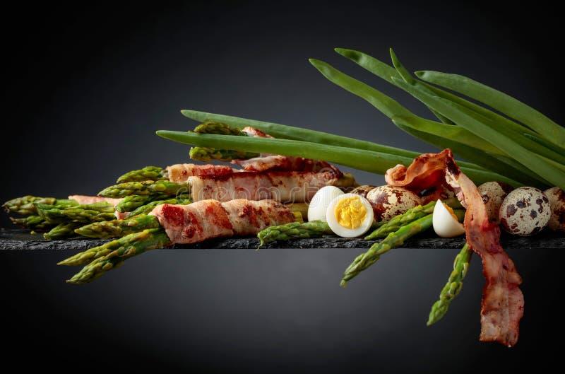 Zielony asparagus zawijaj?cy w bekonie fotografia royalty free